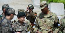 [화보] 신임 주한미군사령관 판문점 방문… '촬영하는 北병사'