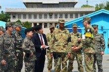 신임 주한미군 사령관 촬영하는 '북한병사'