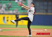 배우 김유정, 시구 요정 '야구장에 꽃이 피었네'
