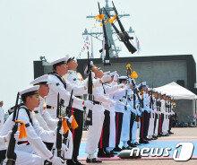 [화보] 일반인에 공개된 제주해군기지…'화려한 의장대 시범'