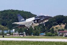 첫 비행시험에 성공한 美 수출형 고등훈련기 T-50A