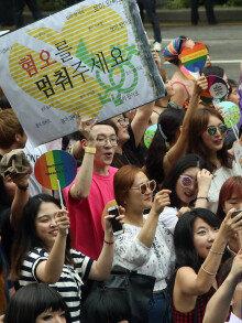 """""""성소수자의 날"""" 서울광장 퀴어축제…동성애 반대 맞불집회도"""