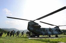 [화보] 육군 특수전교육단 강하훈련…'헬기 탑승하는 훈련생'