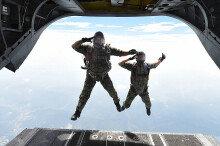 고공강하 훈련하는 공군 생환교관들