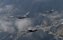 한반도 상공 비행하는 B-1B 폭격기와 F-15K