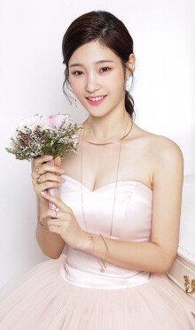 '다이아' 정채연, 핑크빛 드레스 입고 화사한 자태 과시