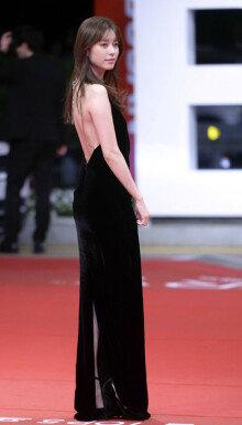 한효주, 깊게 파인 검은색 드레스
