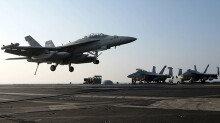 [화보] 美 로널드레이건호에 착륙하는 F-18 호넷 전투기