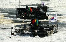 혹한속 육군 전차 등 120여대, 강 얼음깨며 도하 '파빙훈련'