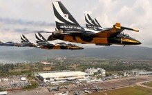 공군 특수비행팀 '블랙이글' 말레이시아 하늘 수놓아