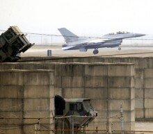 패트리어트(PAC-3) 방공미사일 위를 날으는 F-16 전투기