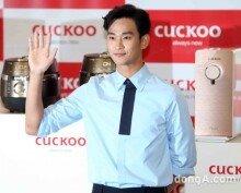 [화보]대세 배우 김수현, 수줍은 미소 짓는 한류스타