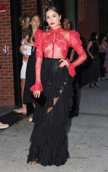 올리비아 컬포, 강렬한 레드 시스루 패션