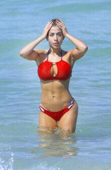 빨간 비키니만큼이나 뜨거운 몸매, 발레리아 오르시니