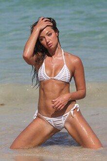 에리카 코스텔, 아슬한 두 조각의 하얀색 비키니 입고…