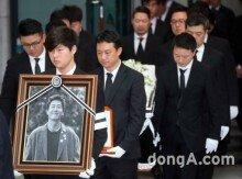 '故 김주혁 발인'… 눈물 속 마지막 인사