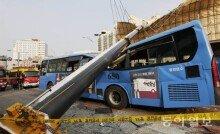[화보]크레인 사고로 부서진 버스