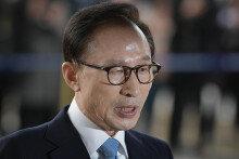 """검찰 포토라인 선 이명박 """"참담, 국민께 죄송"""""""