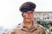 물수제비 폭격•낙하산 폭탄… 기발한 케니 장군, 맥아더를 휘어잡다