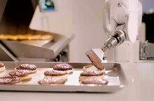 로봇 햄버거 요리사, 캘리포니아 식당 정식 취업