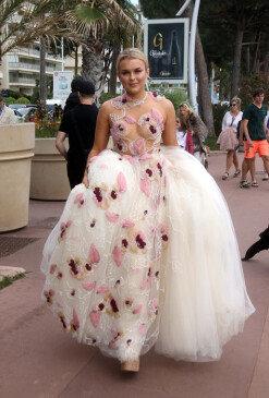 난해의 극치, 시스루 드레스를 입고