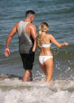 헤일리 휴즈, 해변에서 우월적 몸매 뽐내