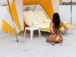 클라우디아 로마니, 숨길 수 없는 육감적 몸매