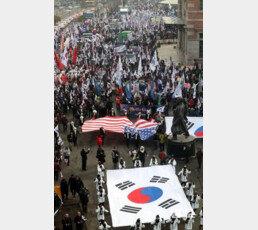 한국 정치의 '사이버 진지전'…뒤늦게 뛰어든 보수는 성과 낼 수 있을까?