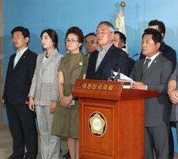 """서청원 """"한국당, 친박-친이 분쟁 반복… 한발짝도 못 나가"""""""