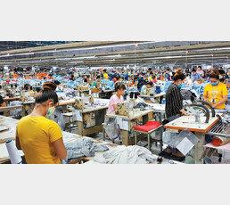 """한국 기업들 """"인건비 싼 베트남으로""""… 對중국 투자액 제쳤다"""