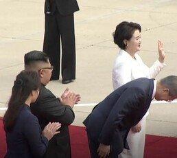 """北 주민에 90도 인사한 文대통령…""""전단 100억장 효과"""""""