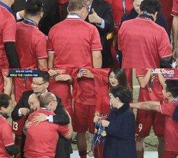 우승컵 들어 올린 박항서, 베트남 총리도 '엄지척'…10년 만에 스즈키컵 우승