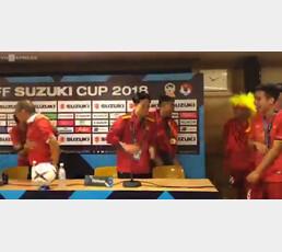 기자회견 중 난입한 베트남 선수들…박항서 감독이 보인 반응은?