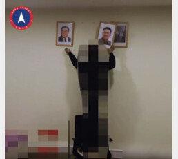 """""""신격화 타도"""" 北에서 김일성·김정일 초상화 냅다 바닥에…"""