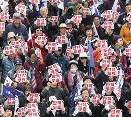 '朴 전대통령 석방' 요구 커지는 가운데 국민들에 의견 물었더니…