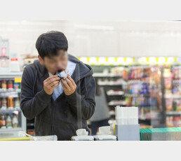 삼각김밥 훔친 '취준생'에 2만원 건넨 경찰…첫월급 타자마자 경찰서 방문