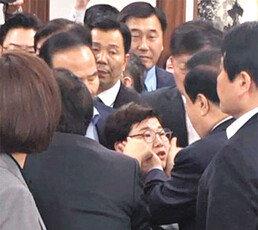 """한국당 """"문희상 의장, 女의원 성추행"""" 사퇴 요구"""