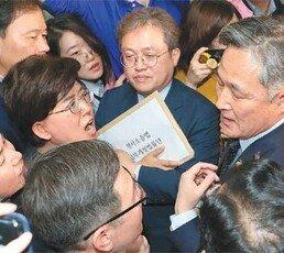 스크럼 짠 한국당, 회의실 봉쇄… 文의장 33년만에 경호권 발동