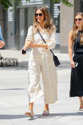 제시카 알바, 시원한 걸음과 선보이는 커리어우먼 패션