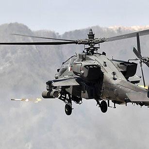 로켓 사격하는 육군의 아파치 헬기