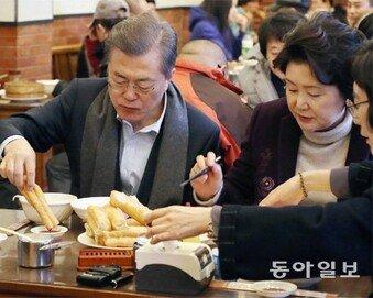 세끼 연속 따로 밥먹은 '국빈'…文대통령, 서민식당서 아침식사
