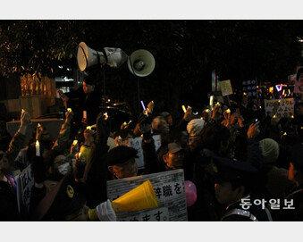 """'촛불시위' 日 첫 상륙…시민 5000명 모여 """"아베 퇴진"""" 외쳐"""