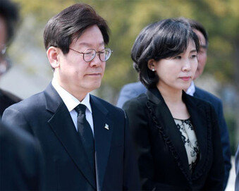 """[단독]""""혜경궁"""" 지목된 이재명 부인, 휴대전화 제출 거부"""