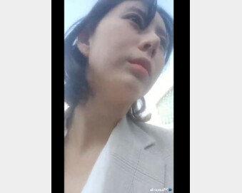 """[속보] 윤지오, 인천공항 통해 출국…취재진 향해 """"지금 장난하냐?"""""""
