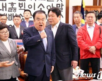 '저혈당 쇼크' 文의장, 서울대병원 긴급 이송…수술 예정