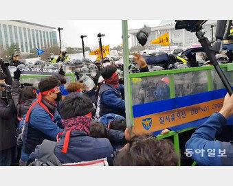 거세지는 폭력시위, 위태로운 경찰경비 [현장에서/조동주]