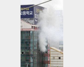 [속보]남대문 오피스텔 화재…'대응 1단계' 입주민 대피 중