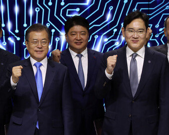 """文대통령 """"핵심소재부품 장비 자립화…디스플레이에 대규모 투자"""""""