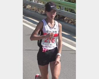 경주국제마라톤 감동의 여자 1위… '핏빛 투혼' 백순정, 4년간 성한 적 없었다