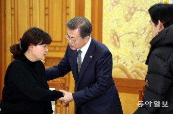 [청계천 옆 사진관]文대통령, 고(故) 김용균 씨의 유가족 위로